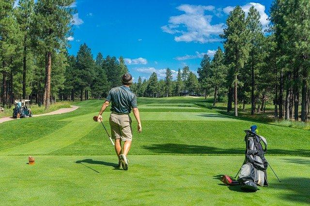 golfista na hřišti