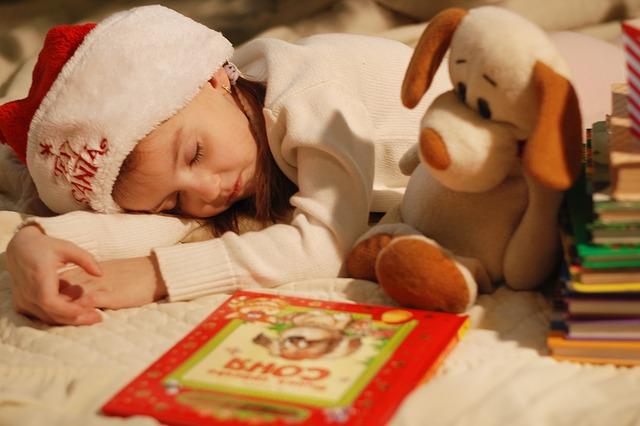 spící mrně u hraček