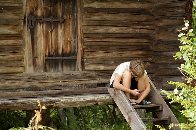 kluk na chatě