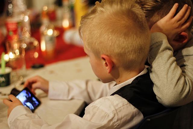 děti s mobilem