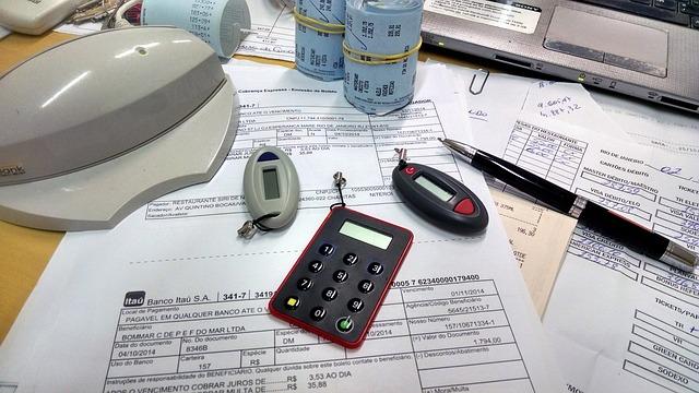 účty na stole