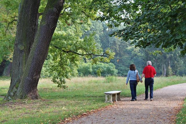 Dvojice držící se za ruce, procházející přírodou.jpg
