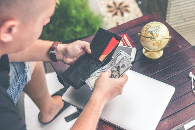 bankovky v peněžence, globus