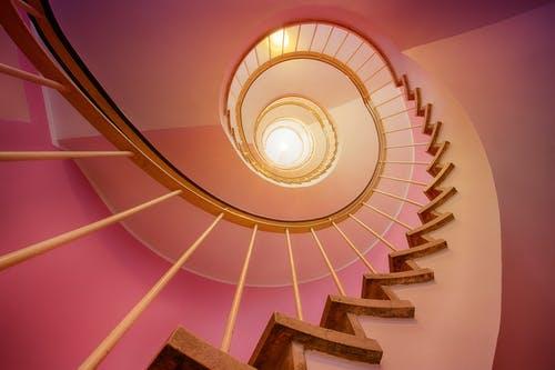 Vybíráte schodiště? Podle čeho vybírat, a které materiály jsou nejvhodnější ze všech?