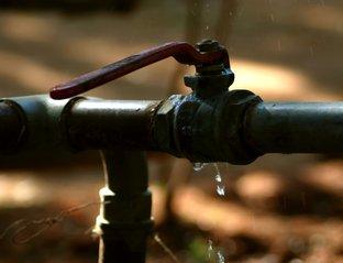 prasklá voda